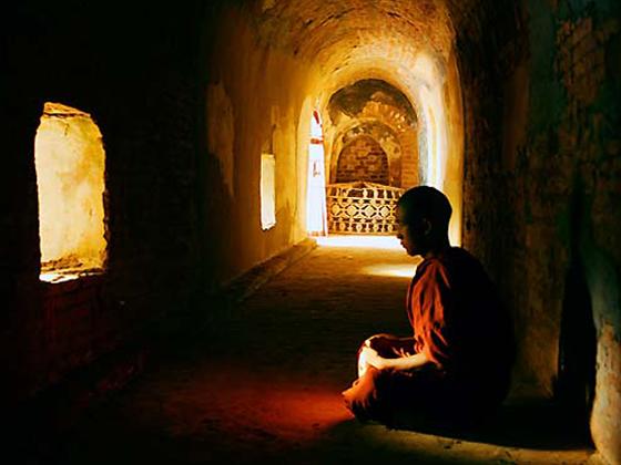 Resultado de imagen de monje budista en la oscuridad
